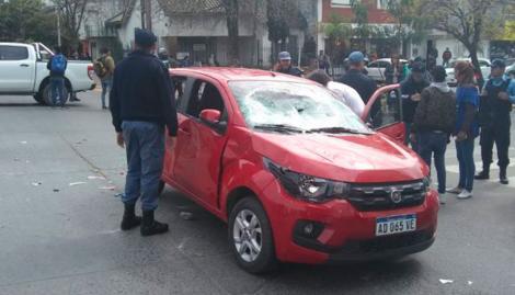 Una mujer atropelló a cinco personas en un piquete, le destrozaron el auto y casi la linchan