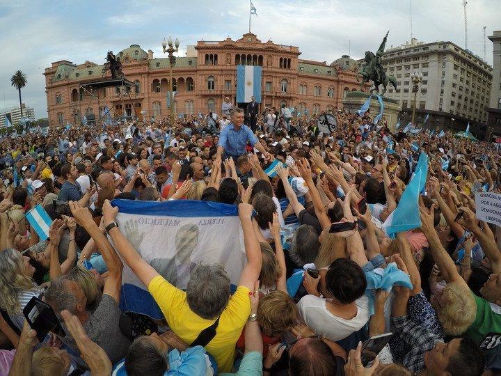Ante una multitud, Macri se despidió en Plaza de Mayo