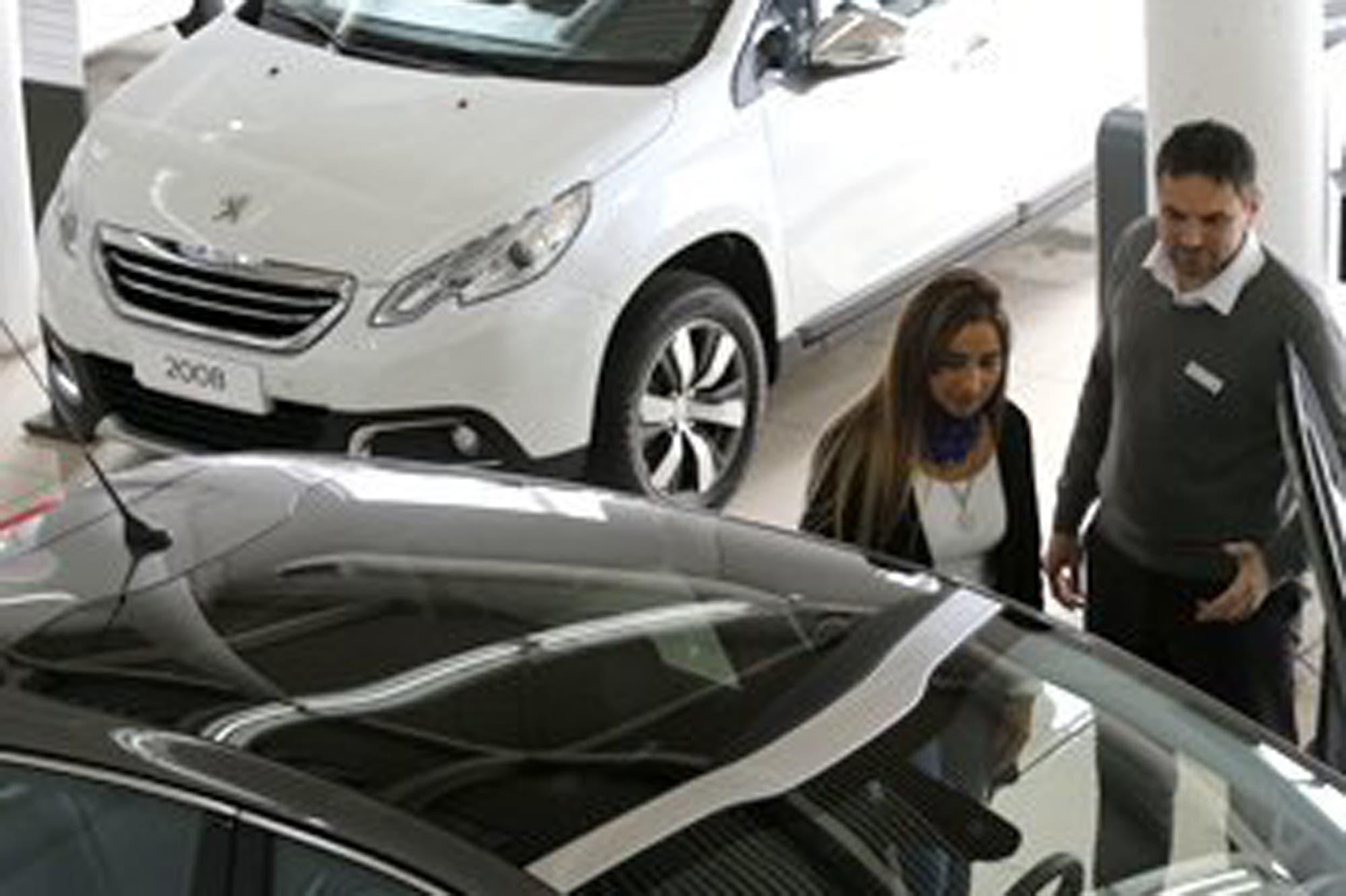 Los precios de los autos subieron 68% en el año
