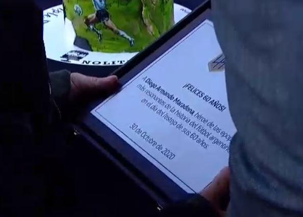 Diego Maradona debió retirarse del estadio de Gimnasia tras un emotivo homenaje