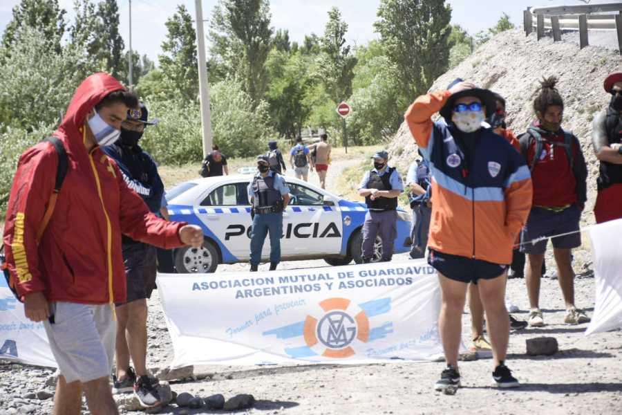 Guardavidas protestan porque los sacan de la prueba en el agua en Neuquén