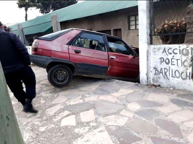 Chocaron contra un paredón del corralón municipal y fueron detenidos