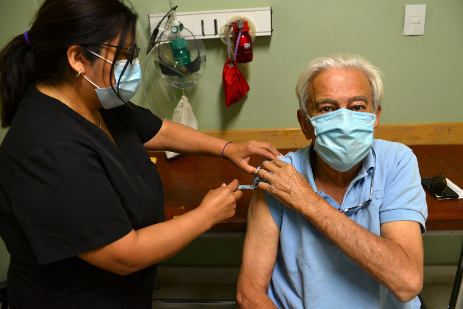 los-mayores-de-70-anos-ya-se-vacunan-en-bariloche