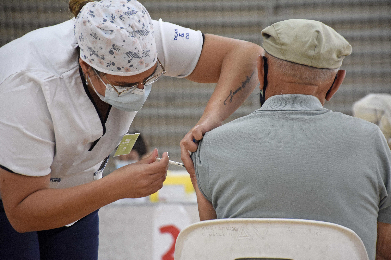 rio-negro-y-neuquen-vacunan-a-ritmo-dispar:-¿llegan-a-sus-metas-antes-del-invierno?
