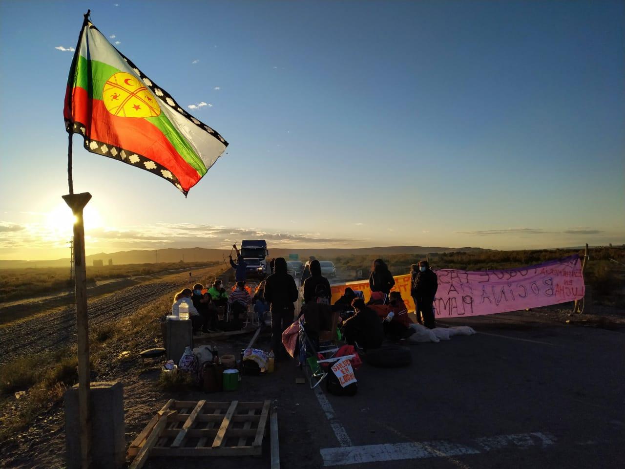 comunidades-mapuche-bloquean-caminos-en-vaca-muerta-en-apoyo-a-la-protesta-de-salud