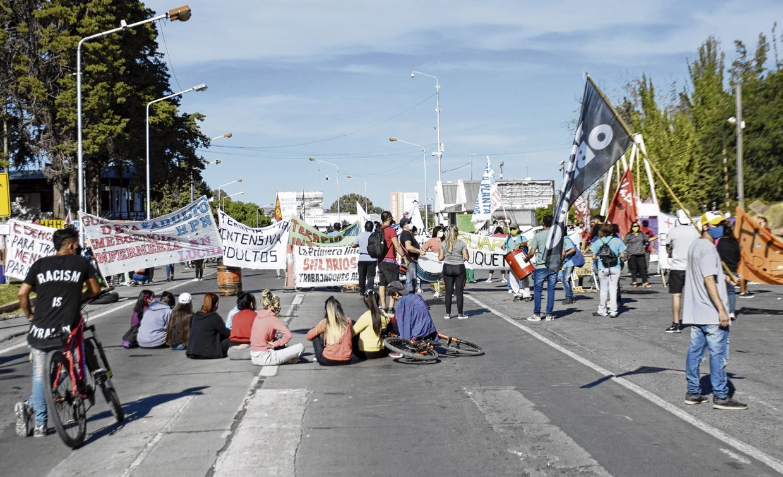 la-protesta-de-salud-se-trasladara-este-jueves-al-puente-de-neuquen-y-cipolletti
